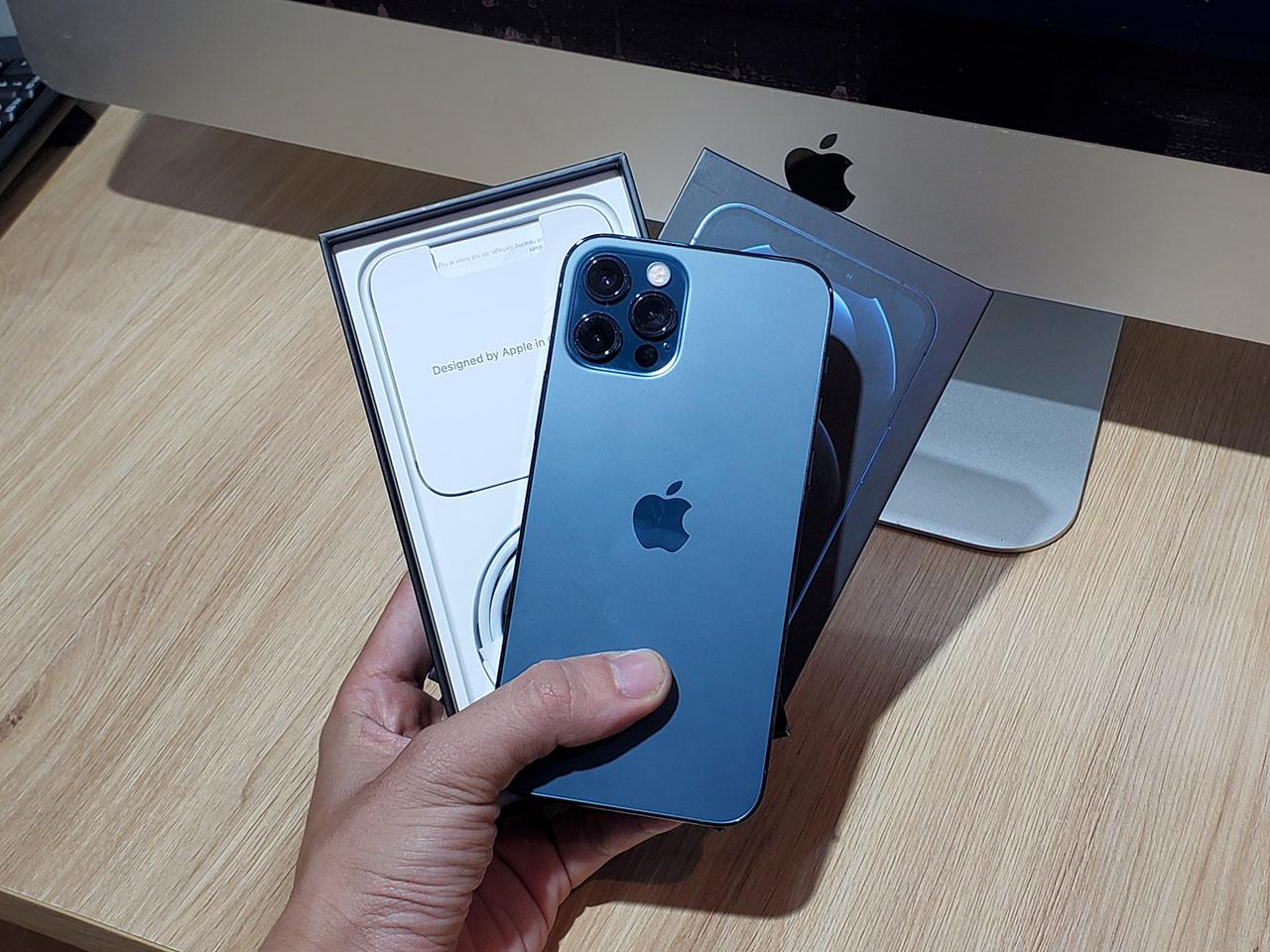 iPhone 12 Pro và hộp đựng