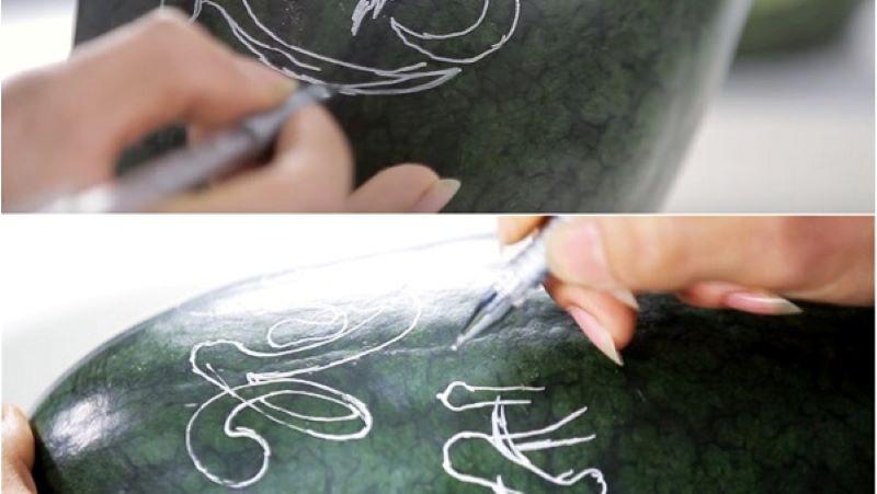 Dùng bút chì vẽ trên quả dưa