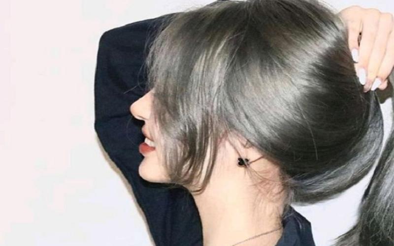 Cô gái có mái tóc màu nâu rêu ánh khói