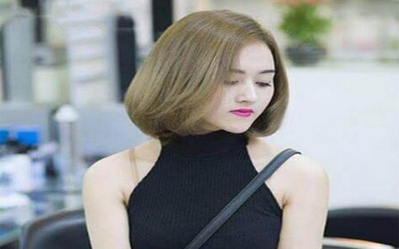 Cô gái có mái tóc màu nâu vàng ánh rêu