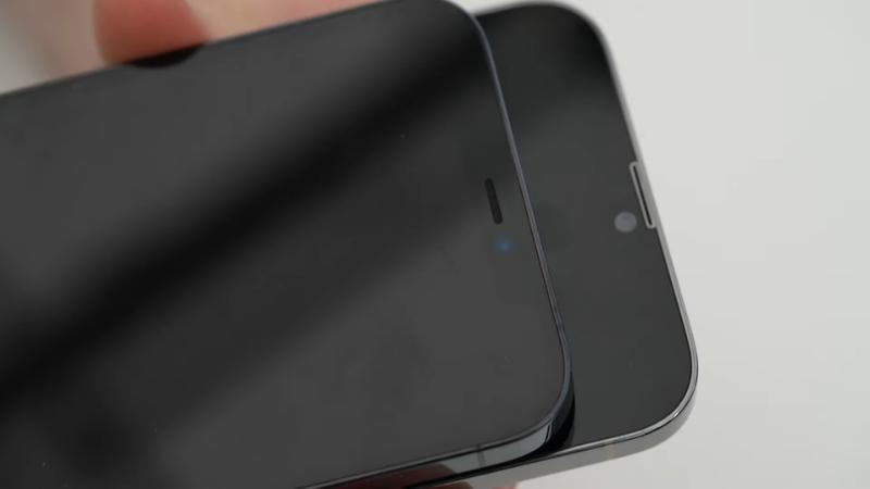 Phần tai thỏ của iPhone 12 Pro Max (bên trên) và iPhone 13 Pro Max (bên dưới). (Nguồn: Unbox Therapy).