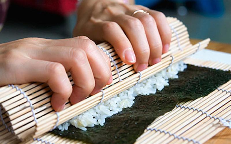 Dùng mành tre cuộn sushi cho chặt tay