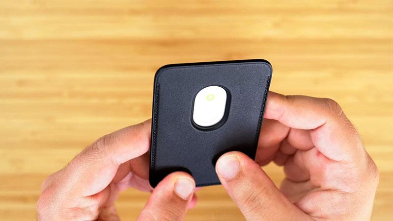 Lỗ sau trên ví da MagSafe