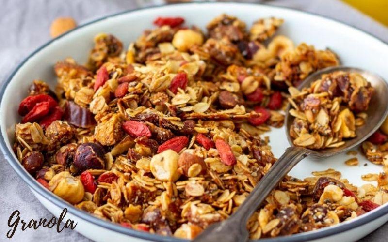 Granola là yến mạch trộn trái cây, hạt các loại