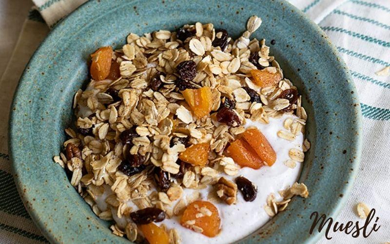 Muesli phải ngâm qua đêm với nước hoa quả, sữa tươi hoặc nấu chín