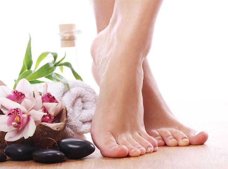Sử dụng bồn ngâm chân kết hợp với tinh chất thiên nhiên giúp khử mùi hôi chân hiệu quả