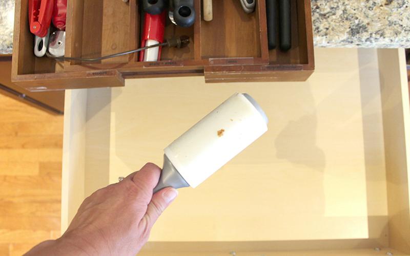 Làm sạch bụi trong hộc tủ