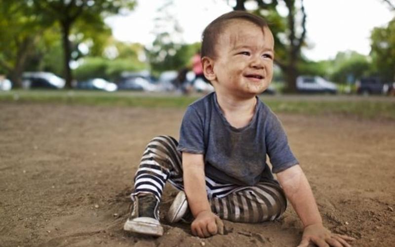 Trẻ chơi đùa với bùn đất