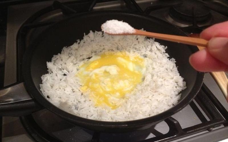 Cho trứng vào trước