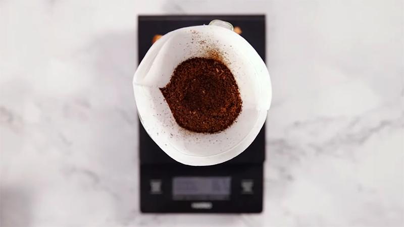 Múc cà phê xay cho vào giấy lọc