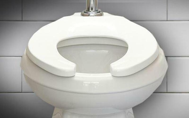 Nguồn gốc của nắp bồn vệ sinh có khoảng trống