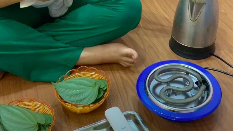thực hiện hơ lá trầu đều đặn cho bé liên tục trong vòng 1 – 2 tháng