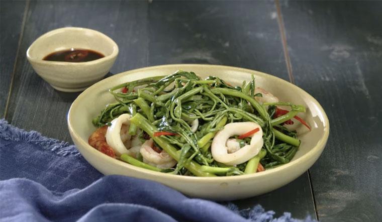 Trưa ngon miệng cùng với món tôm mực xào rau nhút