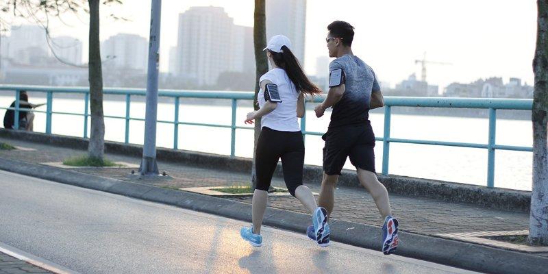 Nguyên nhân nào gây ra tình trạng xóc hông khi chạy bộ