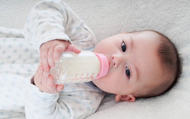 Cho bé bú sữa