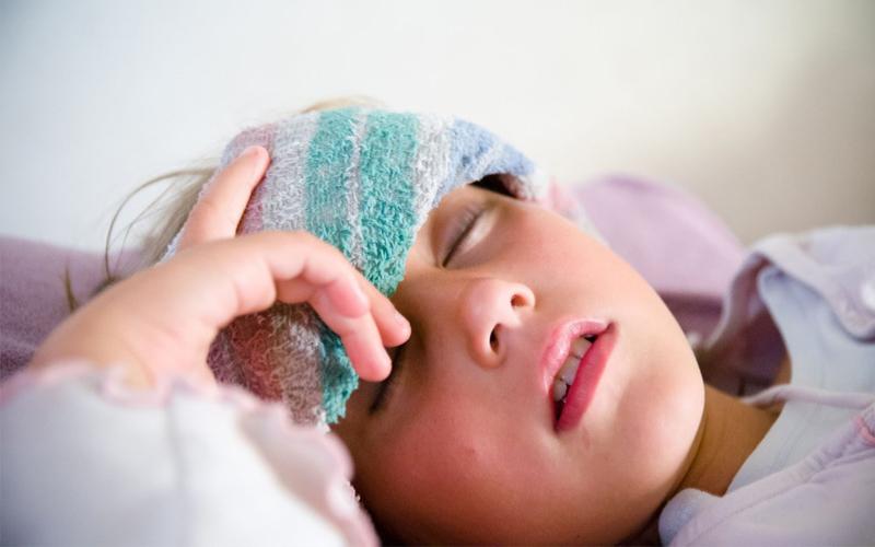 Chườm lạnh khi trẻ bị sốt