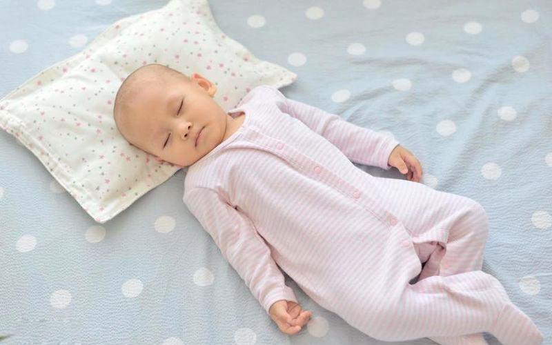 Cho trẻ sơ sinh nằm gối