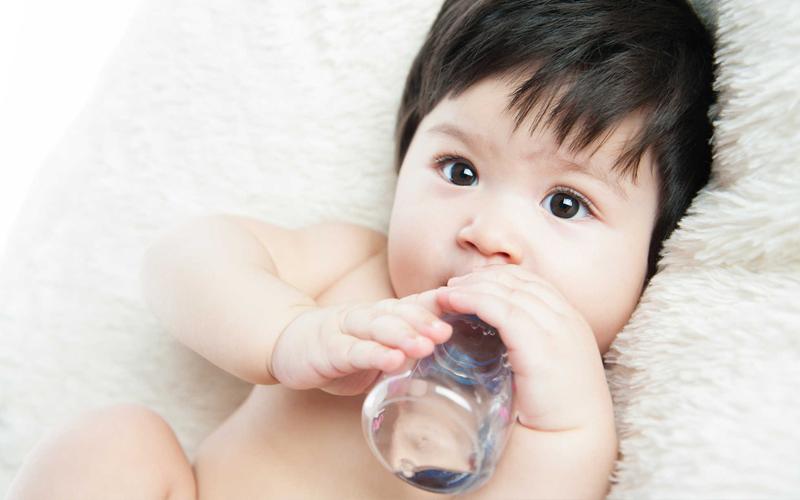 Cho bé uống nước lọc
