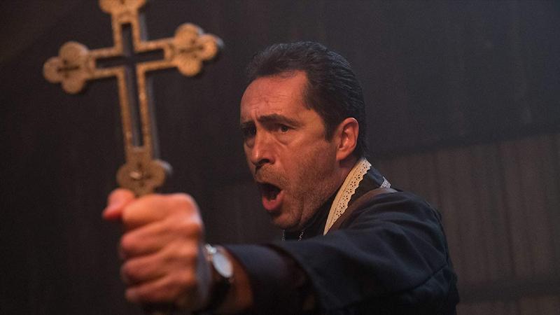 Cha Burke do Demian Bichir đóng vai