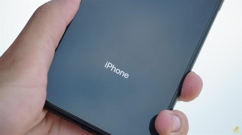 Cảm giác cầm nắm trên iPhone XR là rất tốt