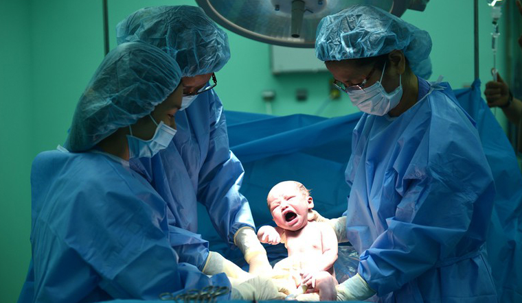 Vì sao trẻ mới sinh thường hay khóc? Nếu trẻ không khóc thì sao?