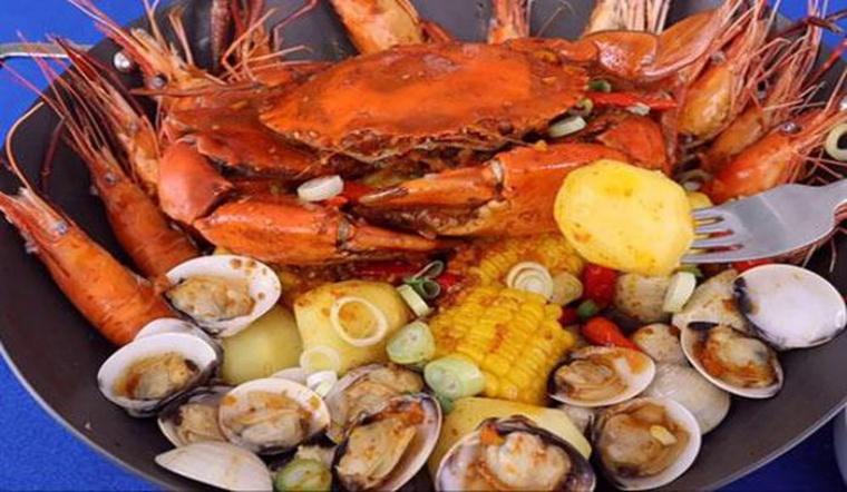 Cùng làm mâm hải sản sốt cay đầy ụ 'siêu to khổng lồ' cực ngon cho bữa tiệc cuối năm