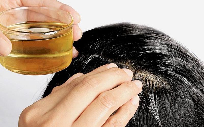 Bôi dầu ủ lên phần sát phần chân tóc và massage
