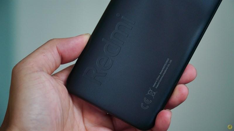 Logo Redmi được in nổi trên Xiaomi Redmi 9T