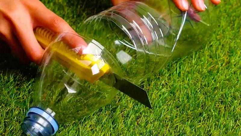 Cắt khoảng ⅓ chai nhựa để lấy phần miệng chai