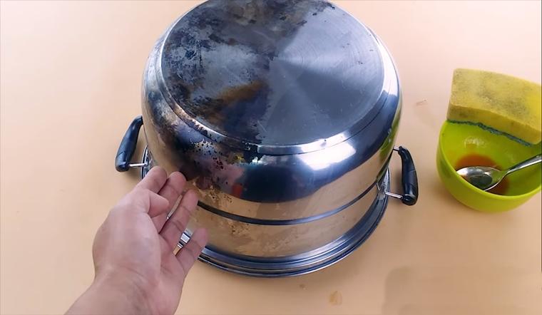Cách vệ sinh nồi bị cháy đen bằng hỗn hợp tương cà sạch bong sáng bóng