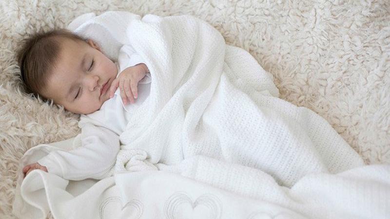 Dạ dày của trẻ vẫn còn non nớt và sẽ được bảo vệ hơn nếu bụng được giữ ấm