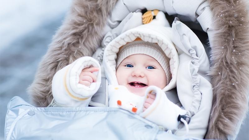 Giữ ấm cho trẻ vào mùa lạnh là mặc quần áo theo lớp