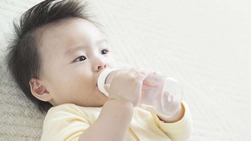 Không cung cấp lượng nước đủ cho cơ thể cũng là một nguyên nhân khiến trẻ dễ bị nhiễm bệnh
