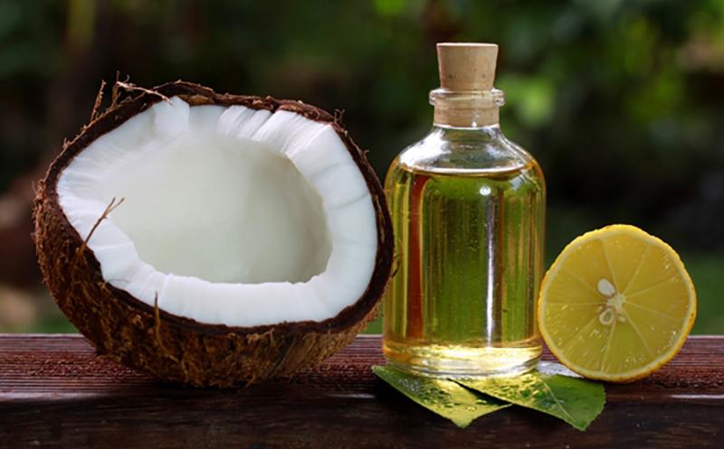 Làm vàng tóc bằng nước cốt chanh cùng dầu dừa
