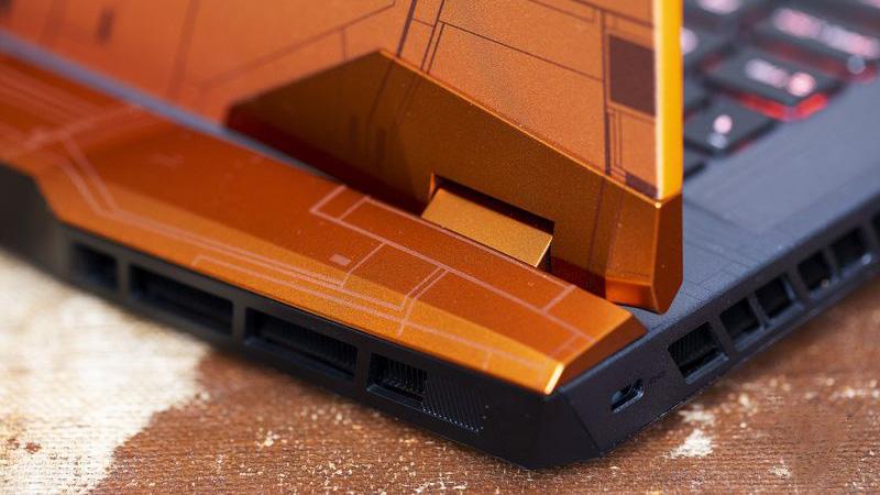 Chi tiết phần bản lề và phía sau máy được làm góc cạnh