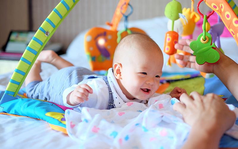 nên cho bé tummy time khi bé vui vẻ, tỉnh táo
