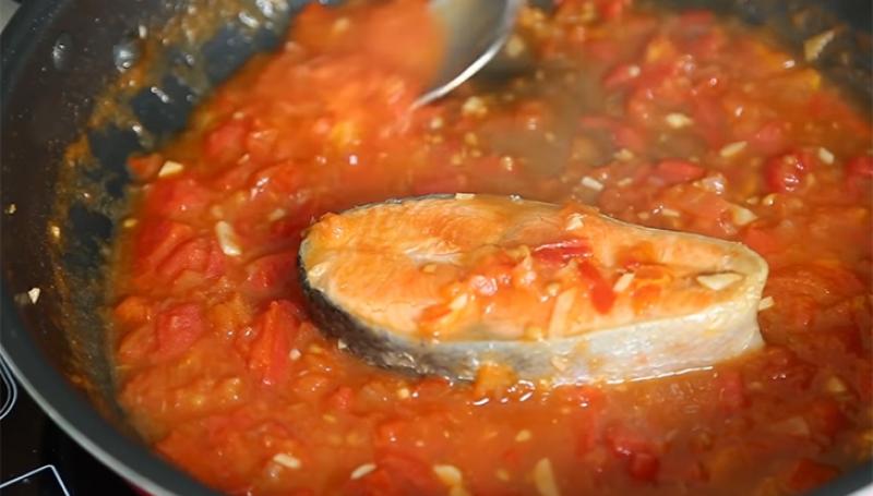 Làm cá hồi với sốt cà chua