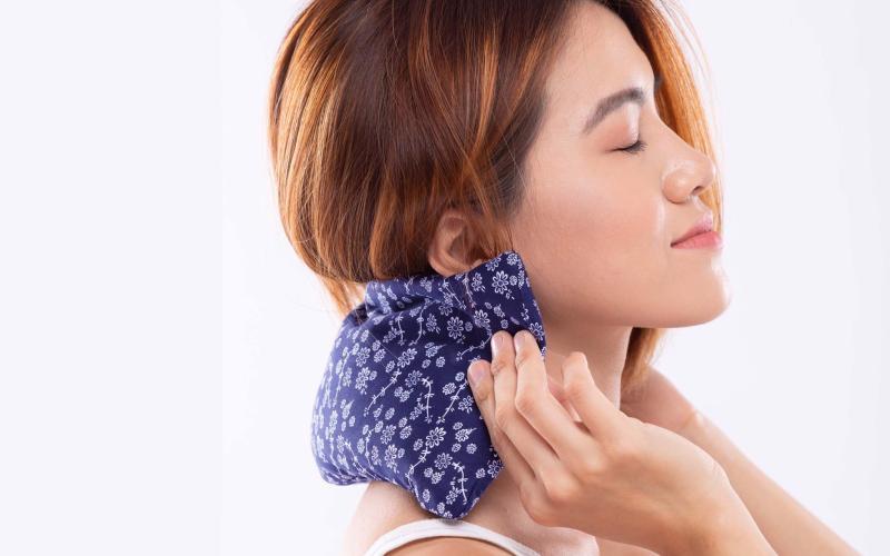 Nếu vùng vai gáy bị đau ngày càng sưng, ngừng chườm nóng ngay lập tức