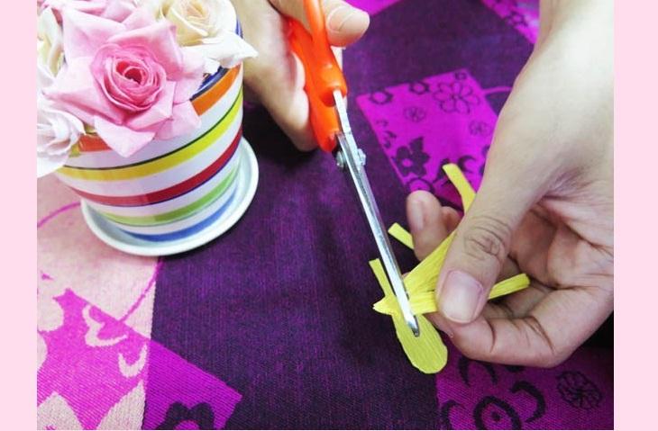 Làm cánh hoa mai – cách làm đồ trang trí Tết bằng giấy nhún