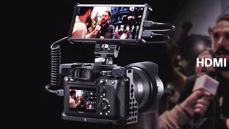 Thông qua việc kết nối bằng HDMI Xperia Pro có thể trở thành một chiếc màn hình phụ hỗ trợ rất nhiều cho các nhà quay phim