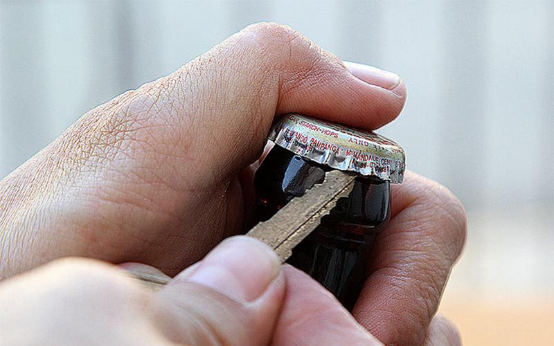 Khui bia bằng chìa khóa