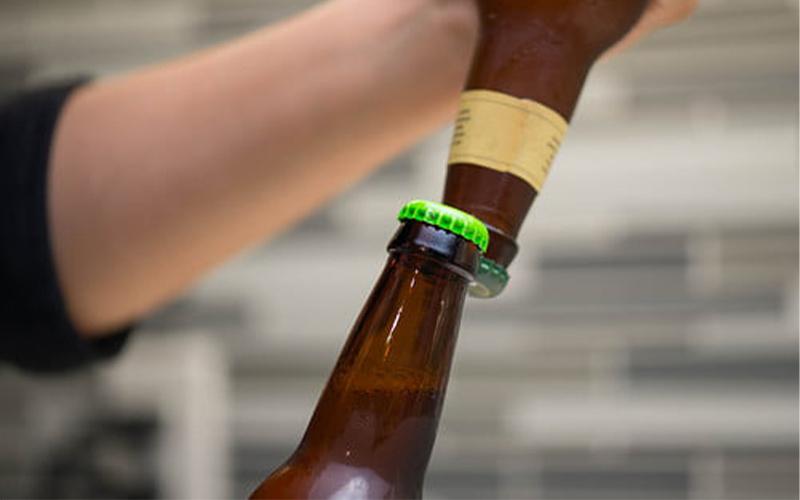 Khui bia bằng một chai bia khác