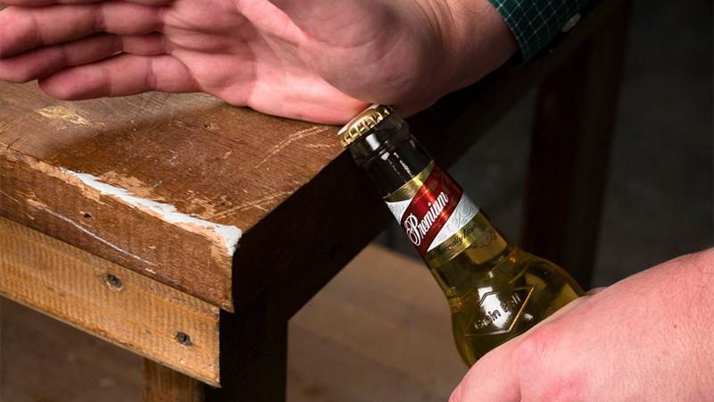 Khui bia bằng cạnh bàn, cạnh cửa