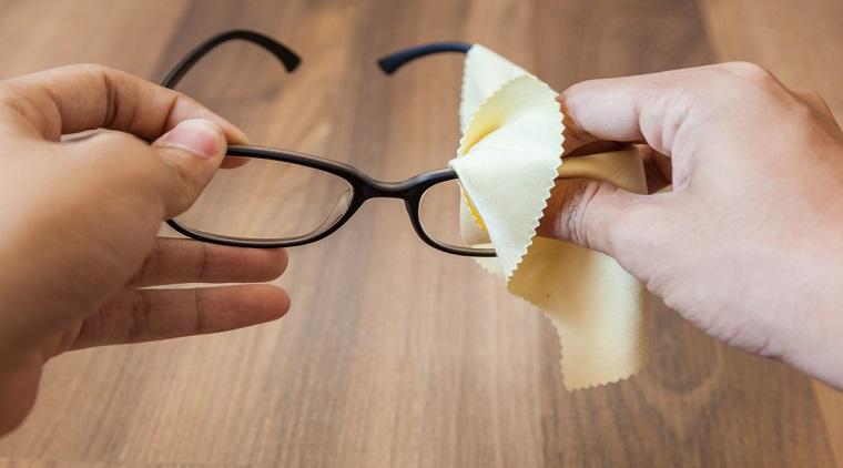 Làm mờ vết xước trên mắt kính nhanh và hiệu quả