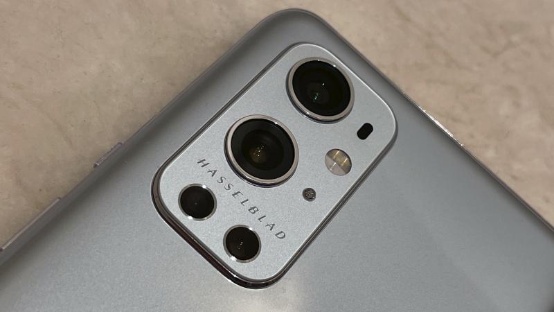 Cận cảnh cụm camera sau của OnePlus 9 Pro với thương hiệu Hasselblad