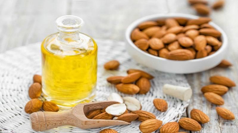 Làm ẩm da tay với dầu hạnh nhân