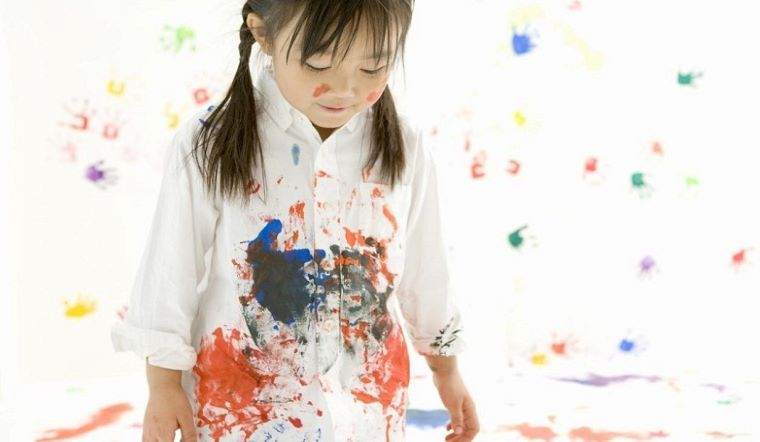 Chẳng may bị dính sơn trên quần áo, làm ngay cách này quần áo trắng sạch như mới ngay