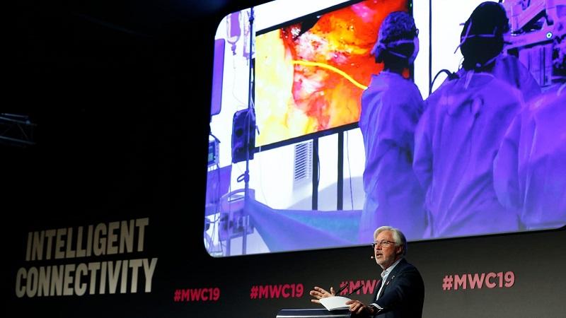 Bác sĩ Lacy phát biểu tại hội nghị di động thế giới 2019 được tổ chức tại Tây Ban Nha