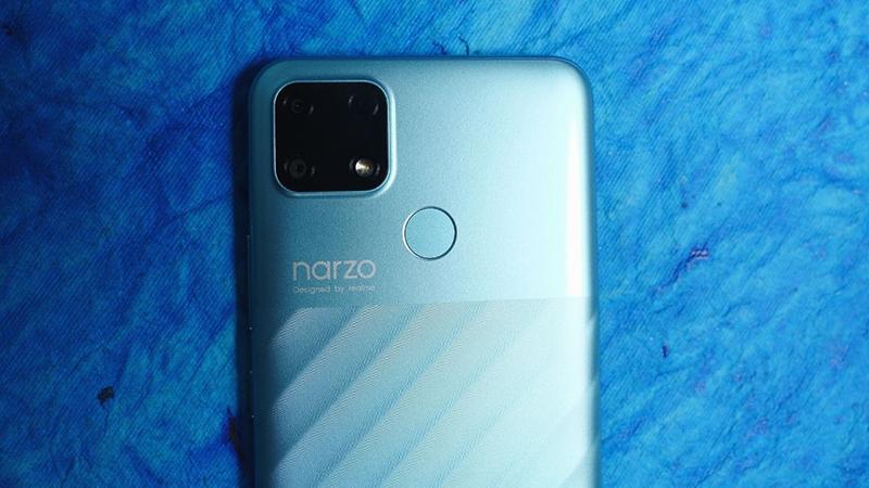 Mặt sau của Realme Narzo 30A nổi bật với cụm camera hình vuông