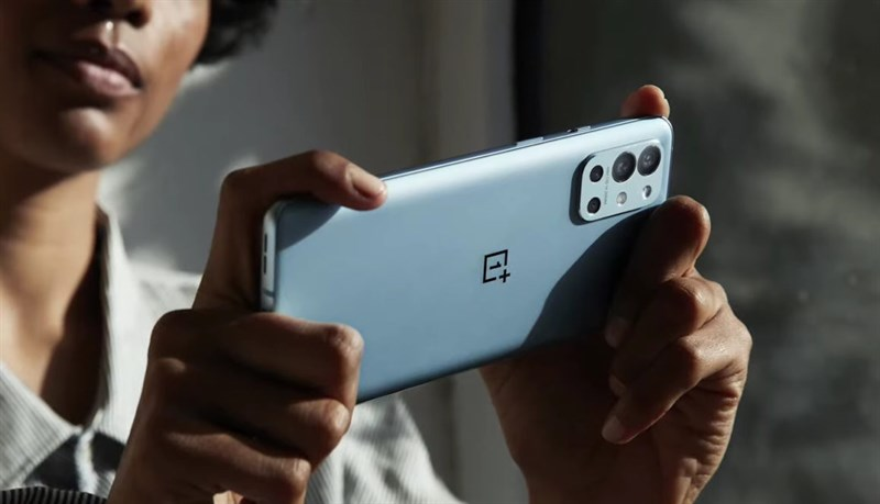 Thiết kế OnePlus 9R đủ làm nổi bật những thứ cần nổi bật.